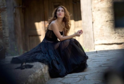 "Caterina Murino © Giovanni DeSandre Courtesy of videoclip de Andrea Bocelli ""Moon River"" (""Cinema"" CD+DVD, Sugar/Universal 2016)"